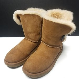 UGG 5803 Bailey Button ll Boot Size 8 Wide Tan